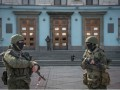 RussianTroops-outside-building-in-Simferopol-01March2014